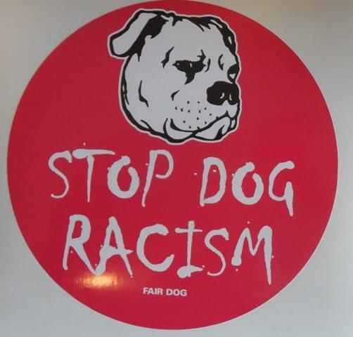 /butik/beklaedning/klistermaerke-stop-dog-racism/